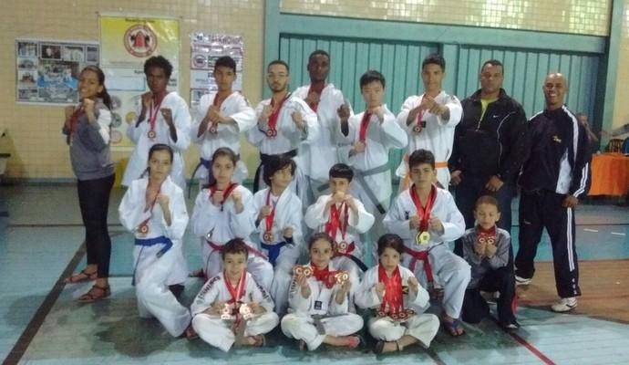 Atletas valadarenses de 7 a 23 anos destacaram-se no Campeonato Mineiro de Taekwondo (Foto: Luciano Marçal/ Arquivo Pessoal)