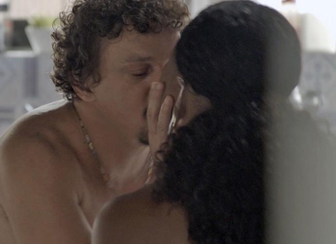 Os dois se beijam com tudo (Foto: TV Globo)
