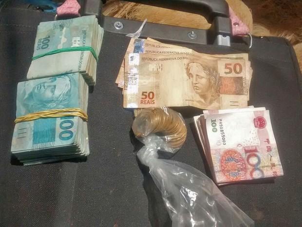 Dinheiro apreendido com suspeito de integrar quadrilha especializada em roubo no DF (Foto: Polícia Militar/Divulgação)