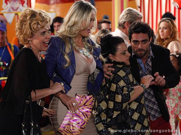 Momentos antes, a diva se aproxima para tirar uma foto cheia de más intenções (Foto: Sangue Bom / TV Globo)