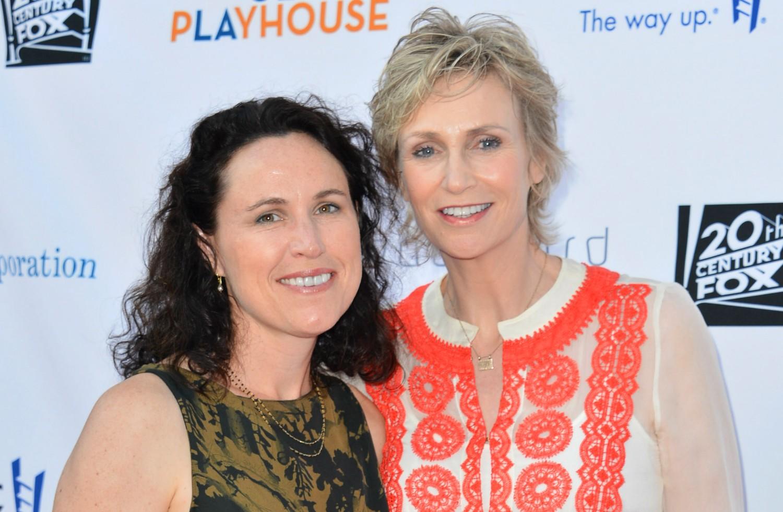 """Jane Lynch, a Sue Sylvester de 'Glee, formava um belo casal ao lado da psicóloga Lara Embry. Elas se casaram em 2010, mas, três anos depois, anunciaram a separação frisando que têm """"diferenças inconciliáveis"""". (Foto: Getty Images)"""