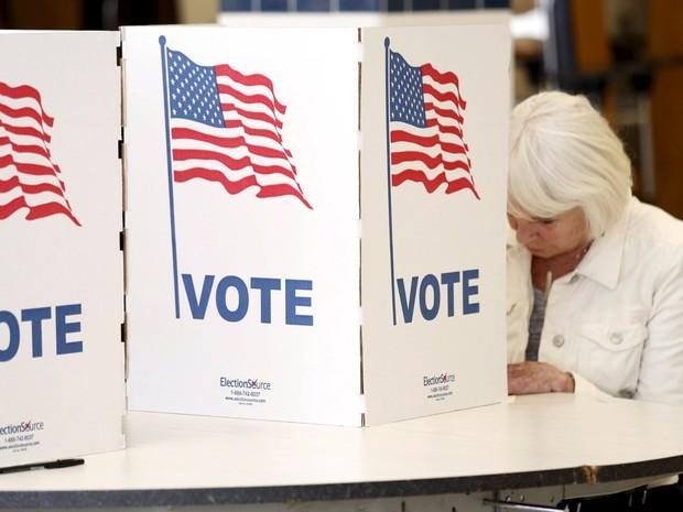 Uma eleitora preenche sua cédula para votar nas prévias da eleição americana em Falls Church, Virginia, EUA. Hoje acontece a 'super terça', votação em 12 estados e um território  (Foto: Kevin Lamarque/Reuters)