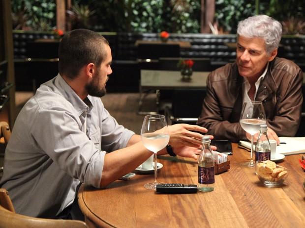 Vicente convida Cláudio para uma degustação de menu (Foto: Carol Caminha/Gshow)