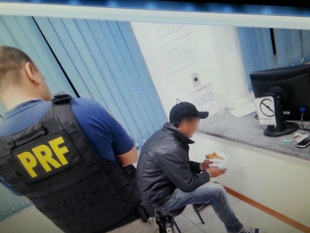 Homem comeu pastel enquanto esperava policiais civis (Foto: PRF SC/Divulgação)