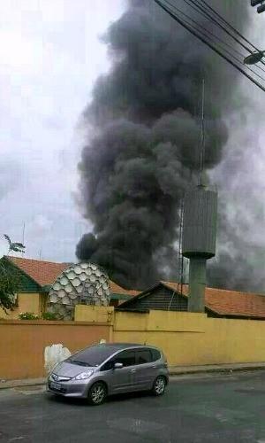 Incêndio atingiu três laboratórios da Seduc (Foto: Lhia Mamed/Amazon Sat)