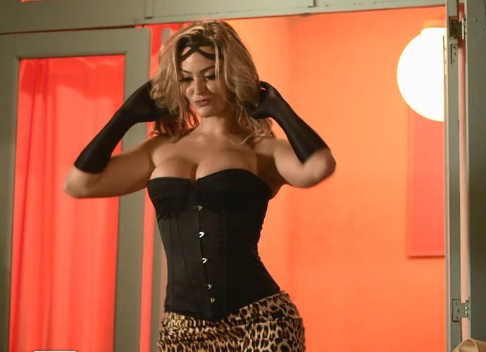 Atriz interpreta a stipper Luiziane que adora tirar a roupa! (Foto: Gshow)