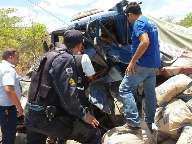 Motorista de caminhão chegou a ficar preso às ferragens com a colisão (Foto: Camocim 24 horas)