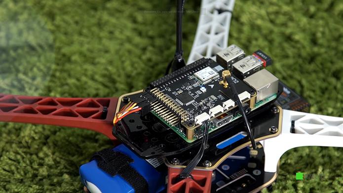 Acoplado à Navio2, o Raspberry Pi pode ser usado como controlador de um drone (Foto: Divulgação/Emlid)