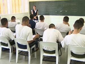 Internos durante aula na Fundação Casa, em Jacareí. (Foto: Reprodução/TV Vanguarda)