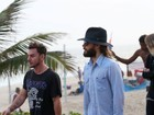 Jared Leto caminha no calçadão de Ipanema, no Rio, e toma açaí