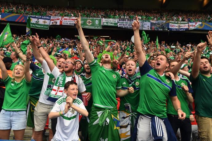Torcida da Irlanda do Norte no jogo diante da Alemanha (Foto: Charles McQuillan/Getty Images)