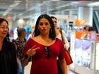 Grávida, Deborah Secco brinca com fotógrafos em aeroporto