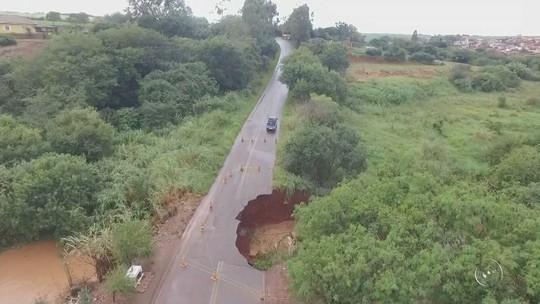 Cratera aumenta em rodovia no interior de SP e há risco de desabamento, diz Defesa Civil