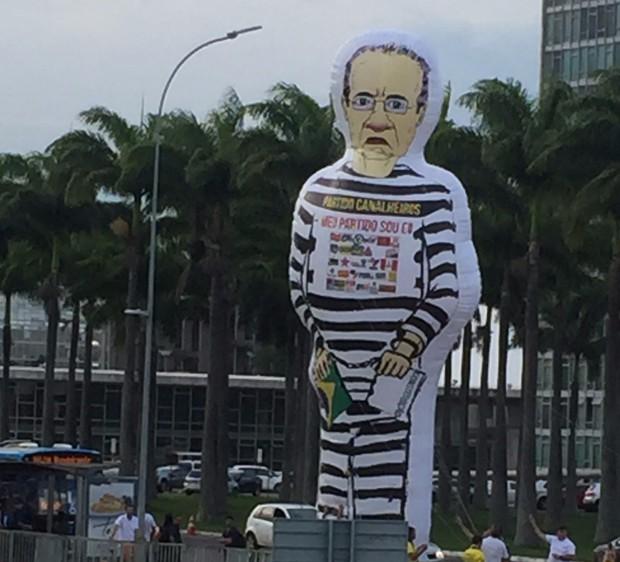 Boneco inflável com a imagem do senador Renan Calheiros (Foto: Marcelo Cosme/GloboNews)