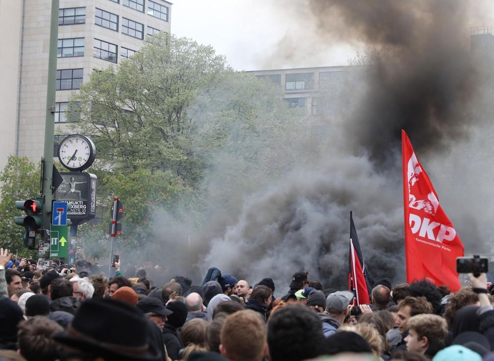 Manifestação de grupos de esquerda tem bombas de fumaça durante o Dia do Trabalhador em no distrito de Kreuzberg, em Berlim, Alemanha, nesta segunda-feira, dia 1º de maio de 2017 (Foto: Christian Mang/Reuters)