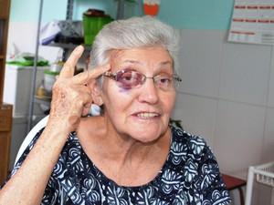 Idosa lamentou não poder votar após escorregar e cair em santinhos em São Carlos (Foto: Luana Marques/ G1)