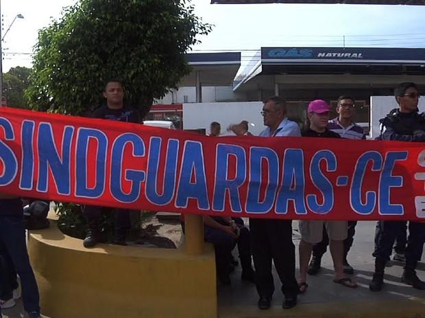 Guardas municipais bloqueiam terminal da Parangaba, em Fortaleza (Foto: Reprodução/ TV Verdes Mares)
