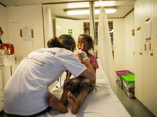Criança é atendida após resgate (Foto: Anna Surinyach/MSF)