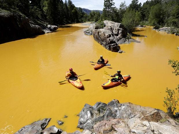 Foto do dia 6 de agosto mostra pessoas navegando em caique no rio Animas, nos Estados Unidos. Contaminação fez a cidade de Durango delcrar estado de emergência (Foto: Jerry McBride/The Durango Herald via AP)