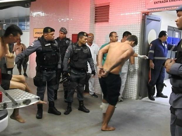Preso chega a hospital (Foto: Isis Capistrano/G1 AM)