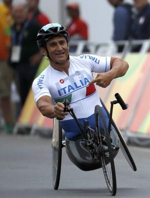 Descrição: Zanardi aponta para o nome da Itália em seu uniforme ao fim da corrida (Foto: REUTERS/Ricardo Moraes)