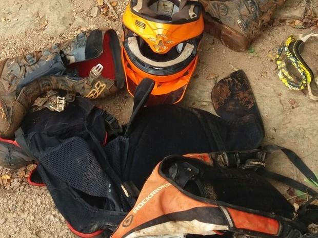 Acessórios e vestimentas usadas por empresário que morreu durante trilha em Iracemápolis (Foto: Divulgação/ Polícia Militar)
