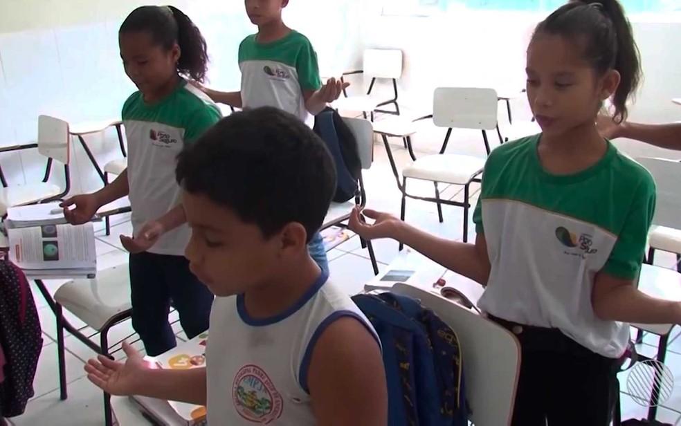 Crianças fazem oração na sala de aula em escola de Porto Seguro, no sul da Bahia (Foto: Imagem/TV Santa Cruz)