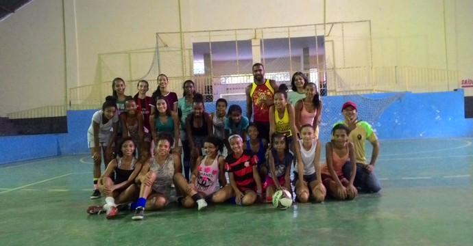 Professora Valdirene de Jesus ao fundo com as meninas do projeto (Foto: Valdirene de Jesus/Arquivo Pessoal)