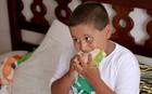 Socorro meu filho come mal: menino acima do peso precisa melhorar alimentação