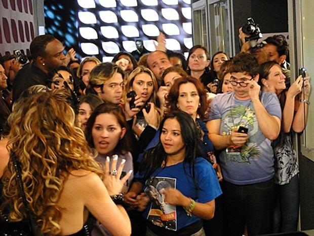Chayene é cercada por fãs de Fabian. Socorro! (Foto: Cheias de Charme / TV Globo)