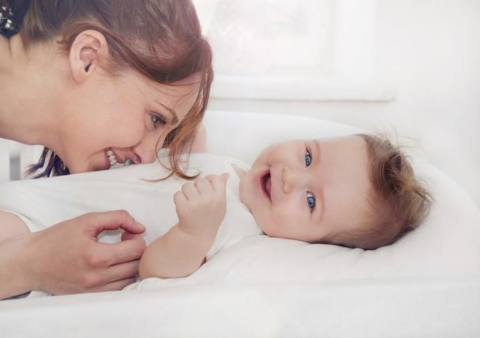 Johnsons As brincadeiras com interação social são as que mais fazem os bebês rirem  (Foto: Divulgação)