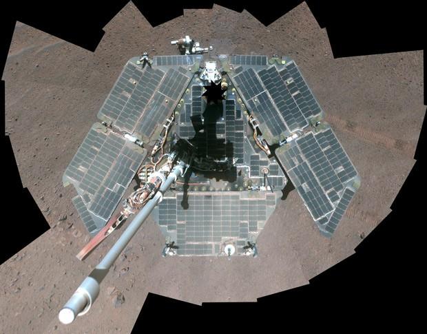 Versão da foto tirada em março com cores artificiais mostra mais nitidamente a superfície do veículo (Foto: NASA/JPL-Caltech/Cornell Univ./Arizona State Univ./Divulgação)
