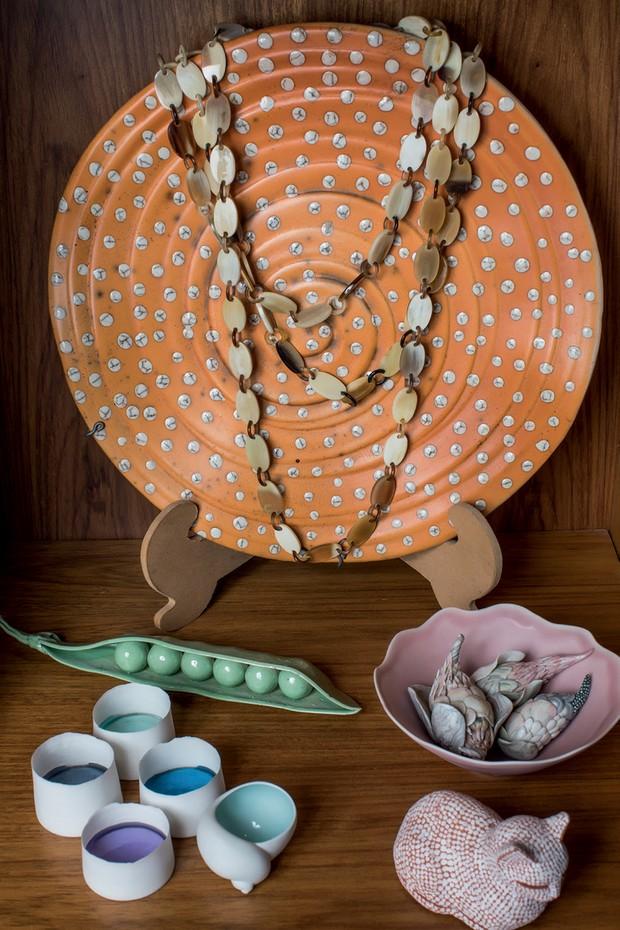 Prato Pietro Maddalena  e peças de porcelana dos artistas Andrea Walsh, Francesca Perrochon e Mokichi Otsuka (Foto: Deco Cury)
