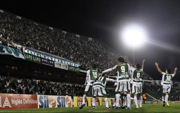 Jogadores do Guarani comemoram a classificação para a semifinal (Foto: Rodrigo Villalba / Divulgação)