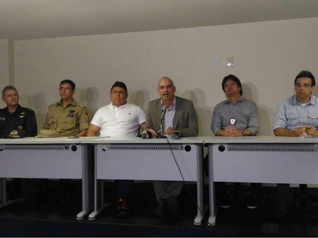 O secretário de Segurança Pública, Caio Bezerra, fala durante coletiva de imprensa sobre a rebeilão (Foto: G1/Fernanda Zauli)