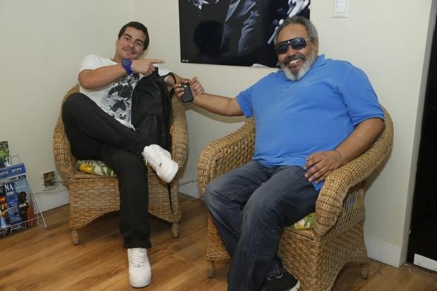 Thiago Martins e Jorge Aragão em bastidores de show no Rio (Foto: Roberto Filho/ Ag. News)