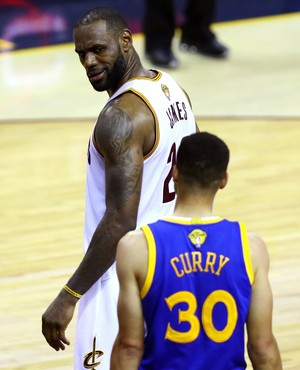 Toco, protetor voando e jogo 7 na mira: o duelo entre LeBron e Curry