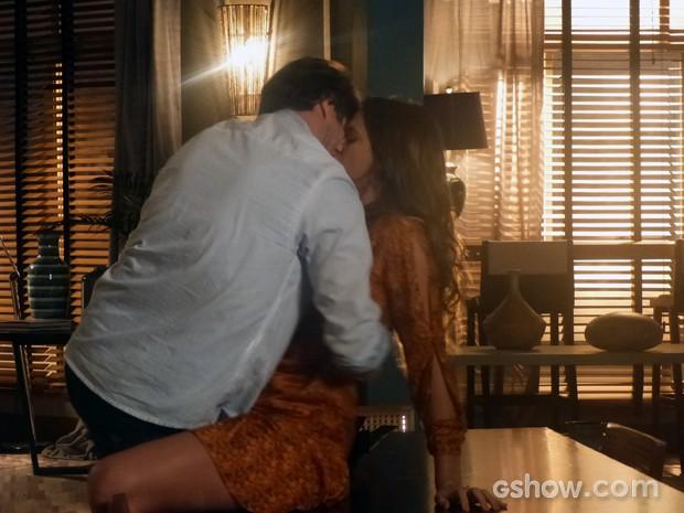 Luiza e Laerte se agarram depois de quase terminarem o namorado. Será que vai ser a primeira vez? (Foto: Em Família/TV Globo)