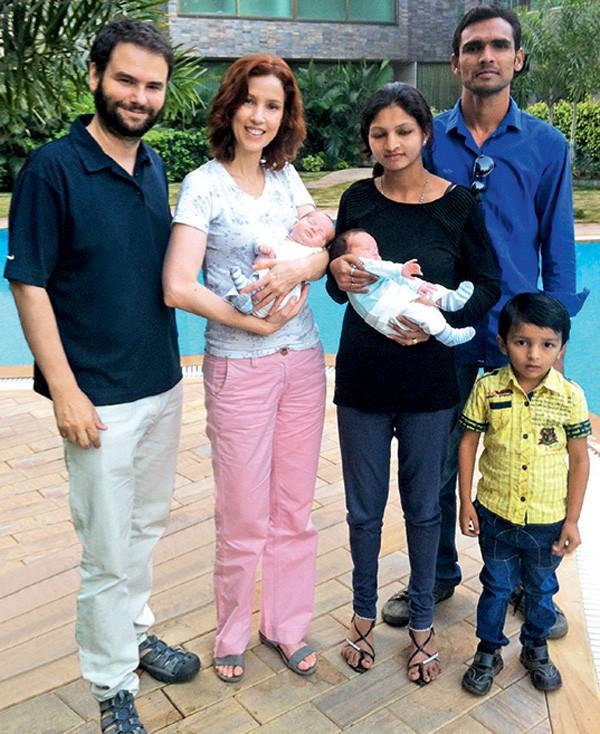 """As duas famílias: Sérgio Dávila, Teté, Vanita, o marido dela e o filho do casal (Foto: Reprodução """"Minhas Duas Meninas"""")"""