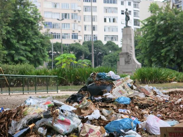 Praia de Botafogo tinha lixo acumulado (Foto: Marcelo Elizardo/ G1)