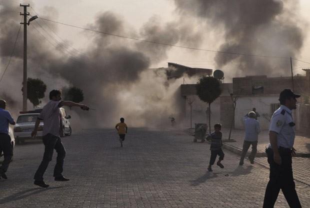 Fumaça se ergue durante bombardeio em Akçakale, na Turquia, nesta quarta-feira (3) (Foto: AFP)