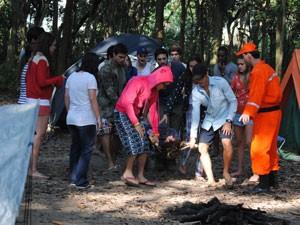 Dinho é resgatado por Cézar, Fera, Gil e Orelha (Foto: Malhação / Tv Globo)