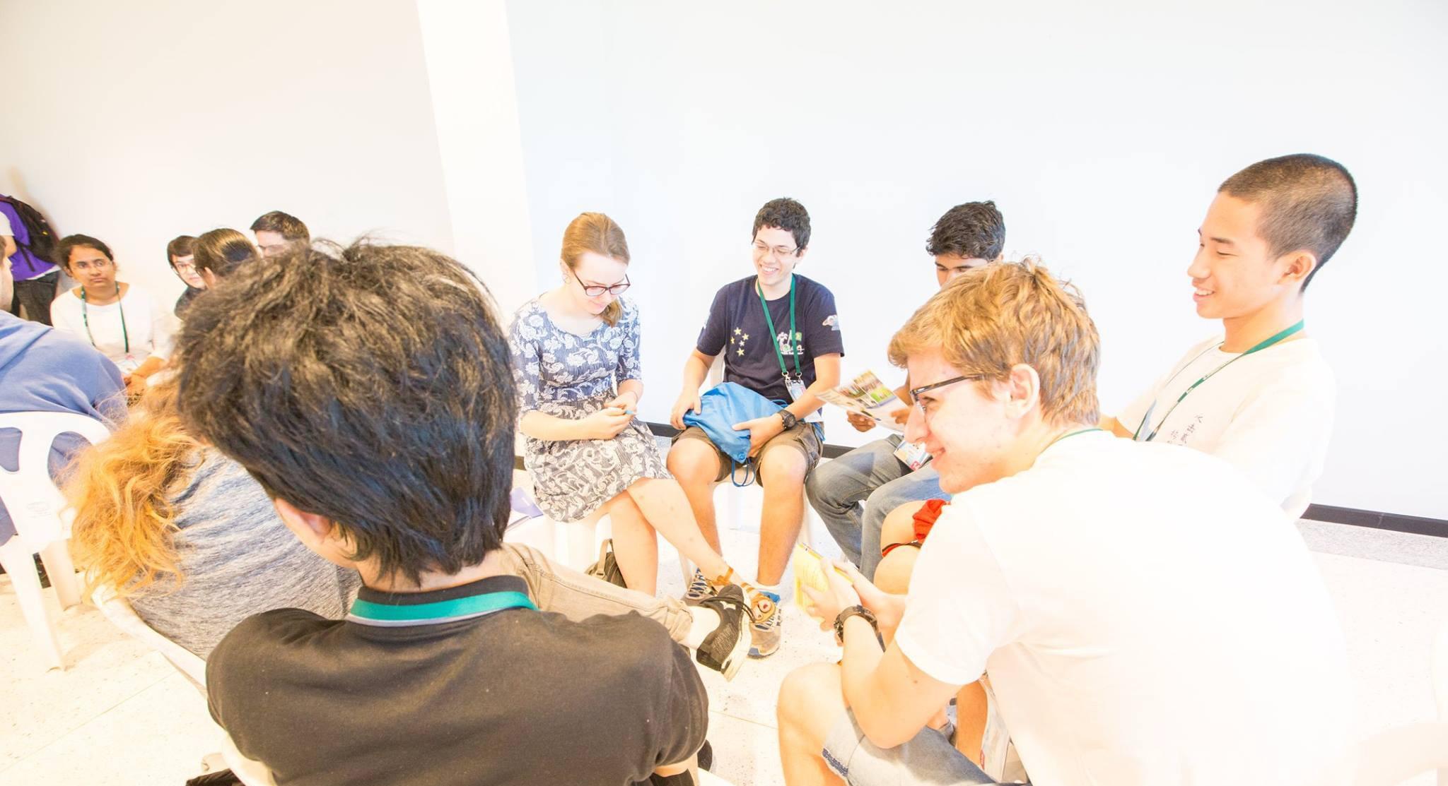 Estudantes conversam entre provas da OIAA (Foto: Divulgação)