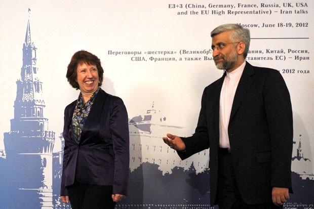 A líder de política externa da União Europeia Catherine Ashton e o chefe de negociação nuclear do Irã Saeed Jalili se encontram em Moscou nesta segunda-feira (18) (Foto: AFP)