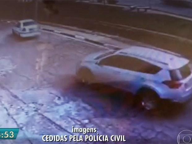 Imagens mostram carro branco de um dos sequestradores à frente do carro de Aparecida Palmeira (Foto: TV Globo/Reprodução)