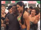 De top e shortinho, Gracyanne Barbosa samba muito na Mangueira