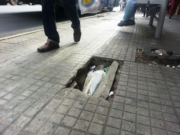 Bueiro aberto em calçada na Rua Goiás oferece perigo a pedestres e cadeirantes (Foto: Ricardo Welbert/G1)