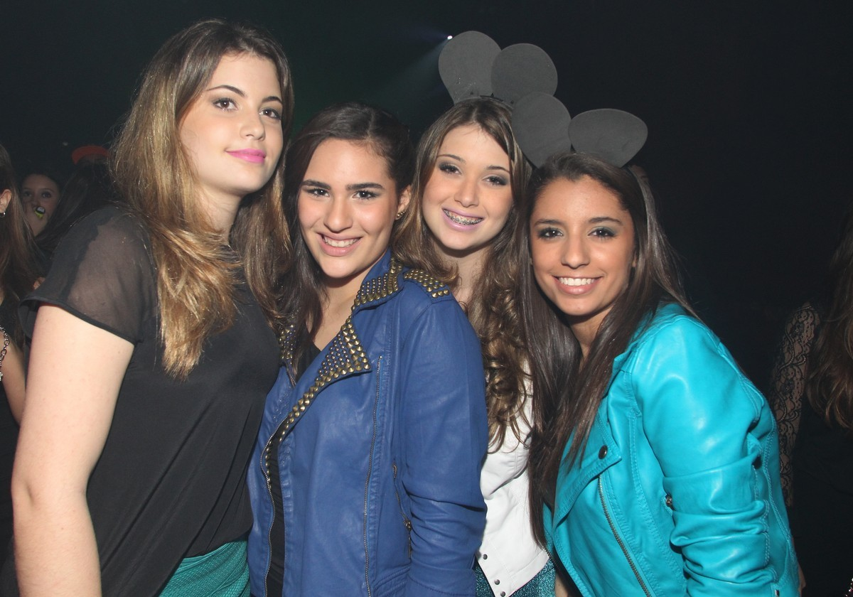 Lívian Aragão (de jaqueta azul) com amigas (Foto: Gabriel Rangel/ AgNews)