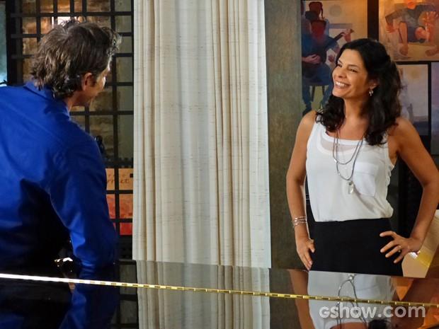 Verônica recebe elogios de Cadu e fica toda alegre (Foto: Em Família/ TV Globo)