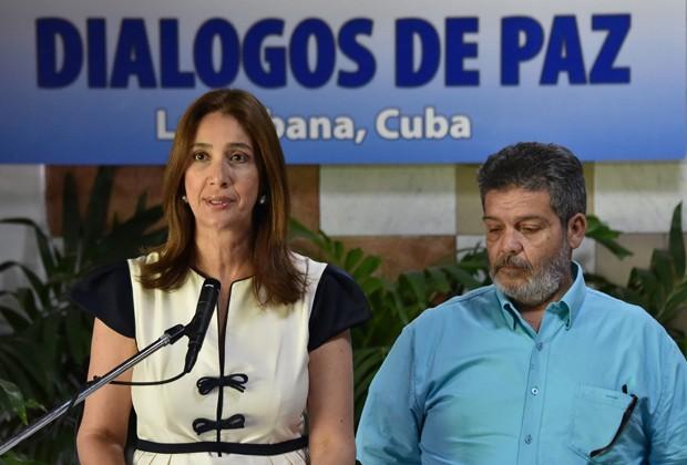 Marcela Duran, porta-voz da delegação colombiana pelas negociações de paz com os guerrilheiros das Farc, lê uma declaração no Palácio de Convenções de Havana, nesta quarta-feira (22), ao lado de Marco Calarca, representante das Farc (Foto: Adalberto Roque/AFP)